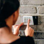 Mulher desfrutando dos benefícios do monitoramento do alarme residencial